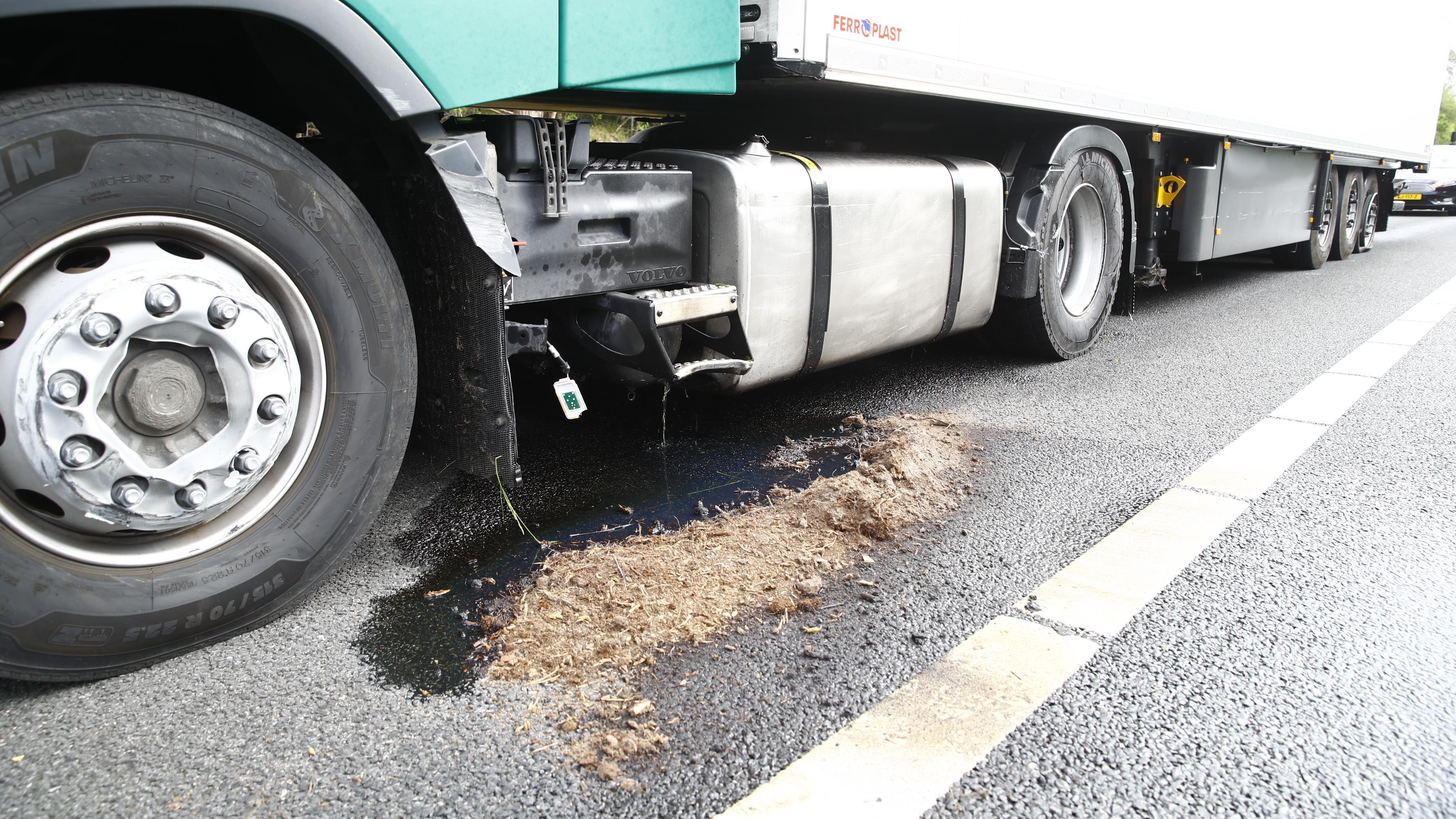 A28 bij Zwolle dicht na ongeluk met vrachtwagen, diesel op de weg.