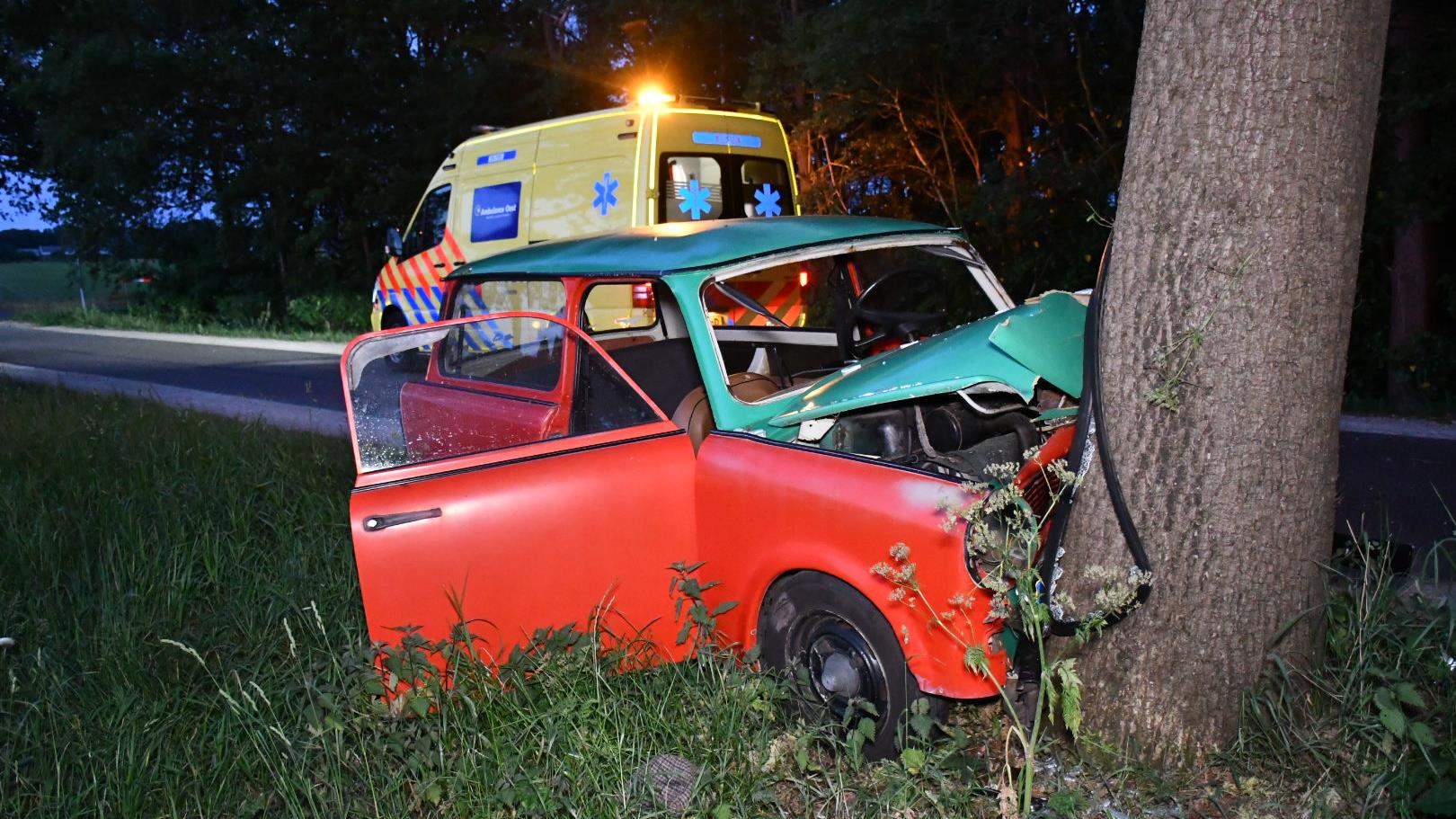 Automobilist gewond na botsing tegen boom bij Daarle.