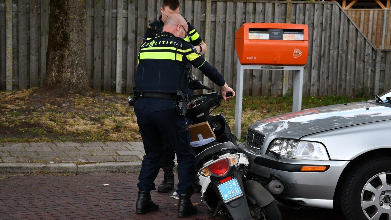 Man op scooter gewond na aanrijding met auto in Westerhaar.