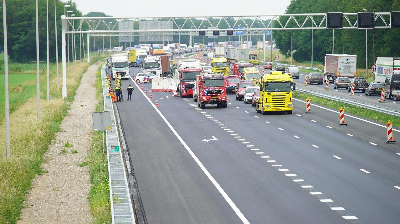 A1 bij Holten weer vrij na dodelijk ongeluk.