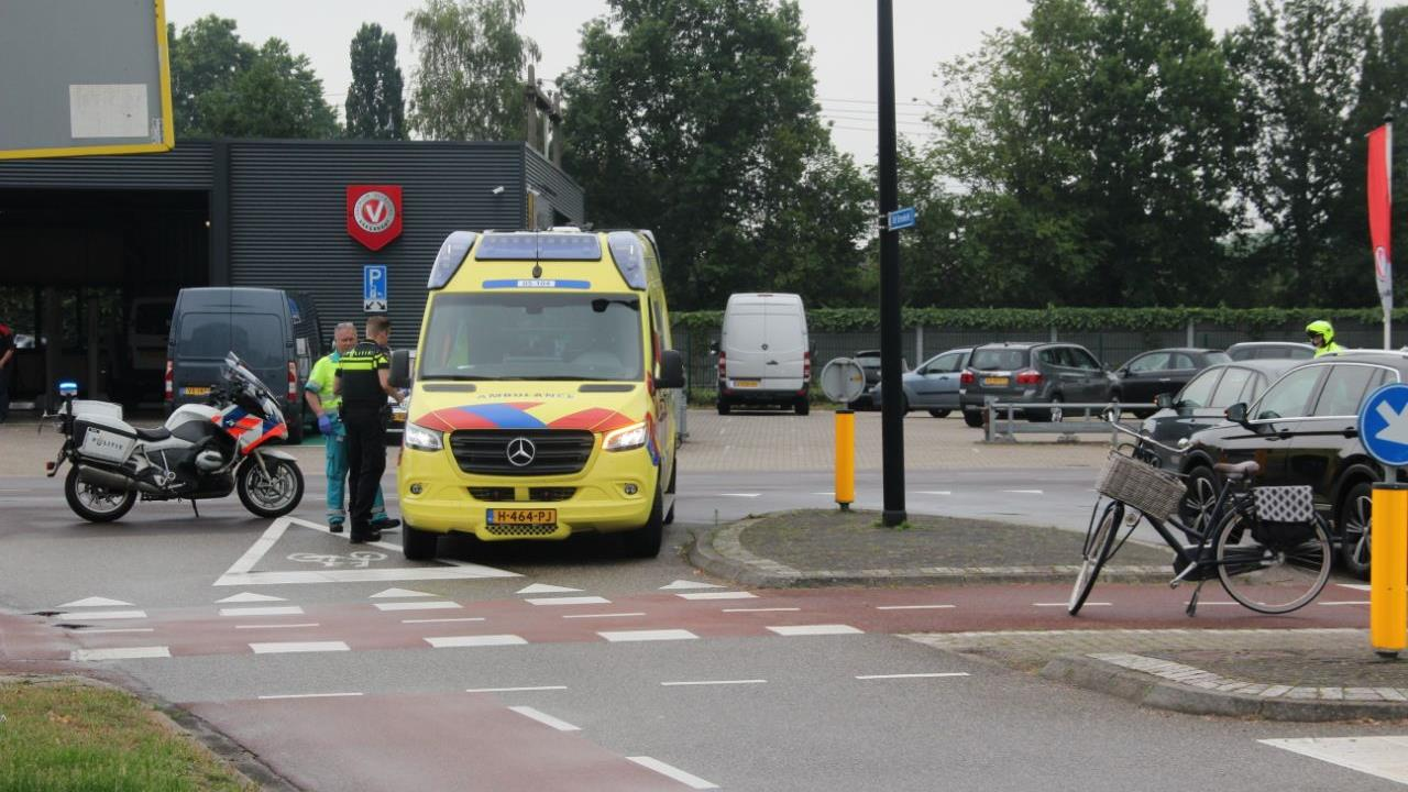 Fietsster gewond geraakt bij botsing met auto in Rijssen.
