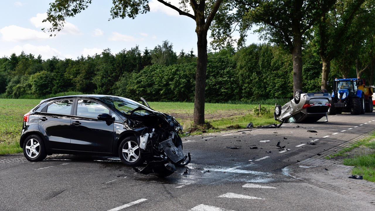 Auto op de kop na botsing in Vriezenveen, bestuurster gewond.