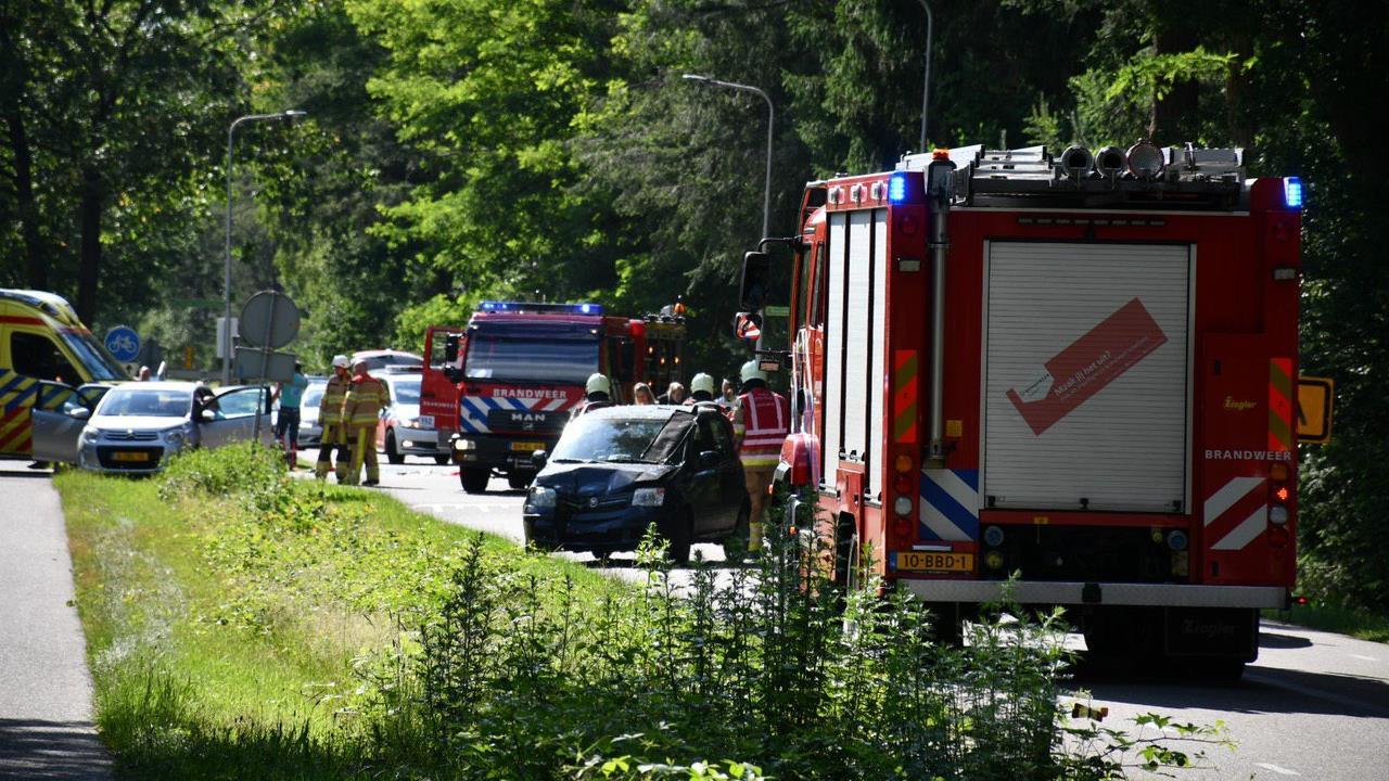 Twee personen gewond bij kop-staartbotsing in Beerze.