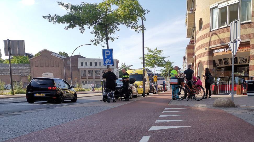 Fietser gewond bij aanrijding in Hengelo, scooterrijdster mee naar politiebureau.