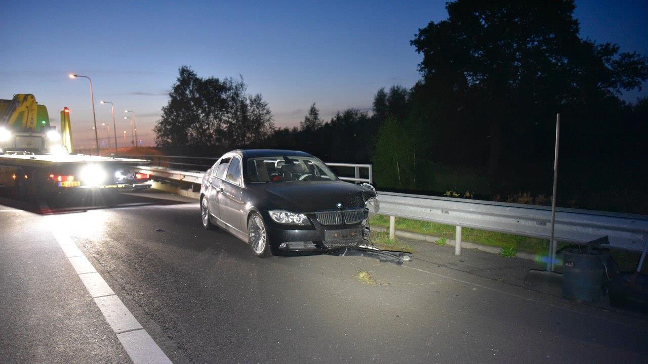 Automobilist naar ziekenhuis na eenzijdig ongeluk op A35 bij Wierden.