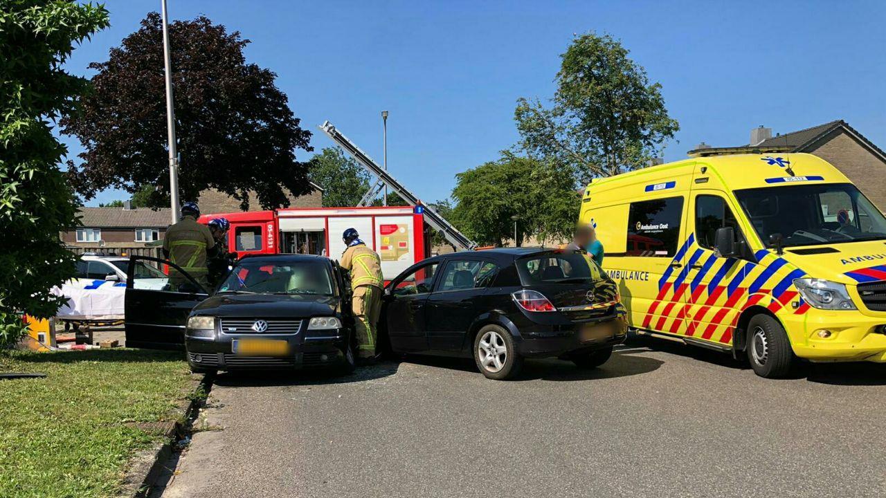 Brandweer moet automobilist bevrijden na ongeluk in Enschede.