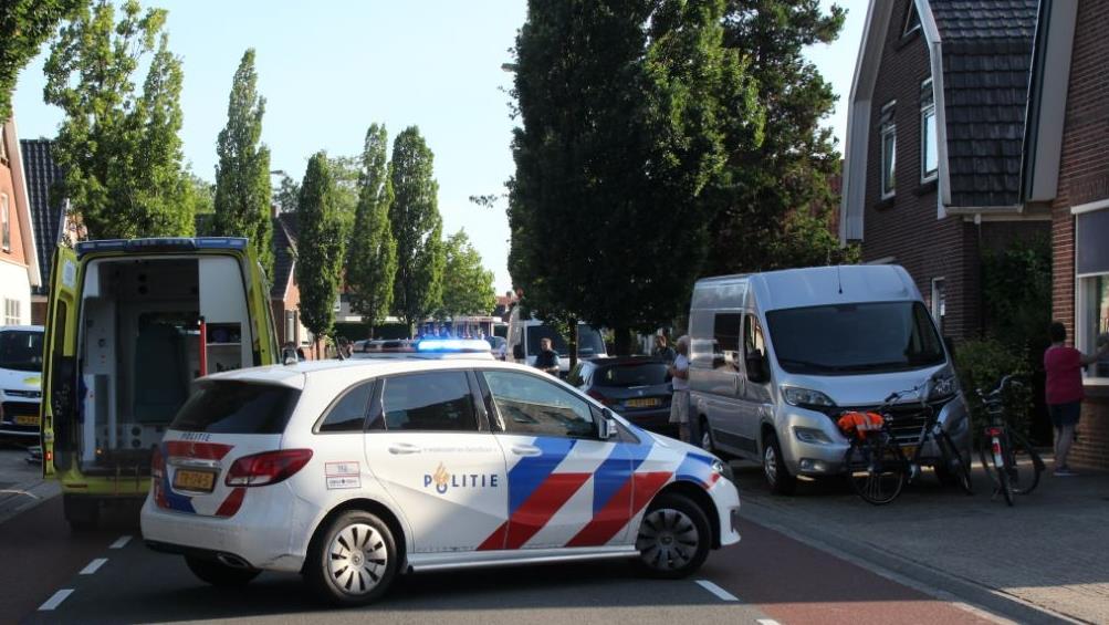 Wielrenner gewond na botsing tegen openslaande autodeur in Rijssen.