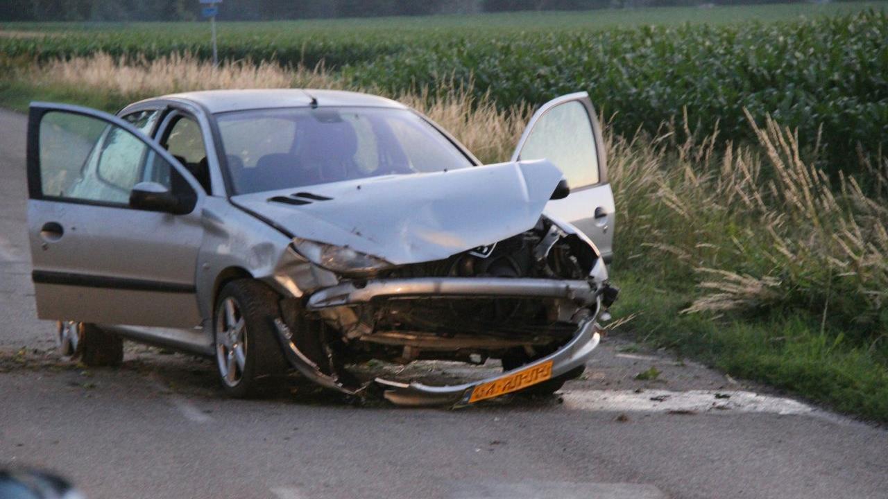 Automobilist naar ziekenhuis na ongeval in Ambt Delden.