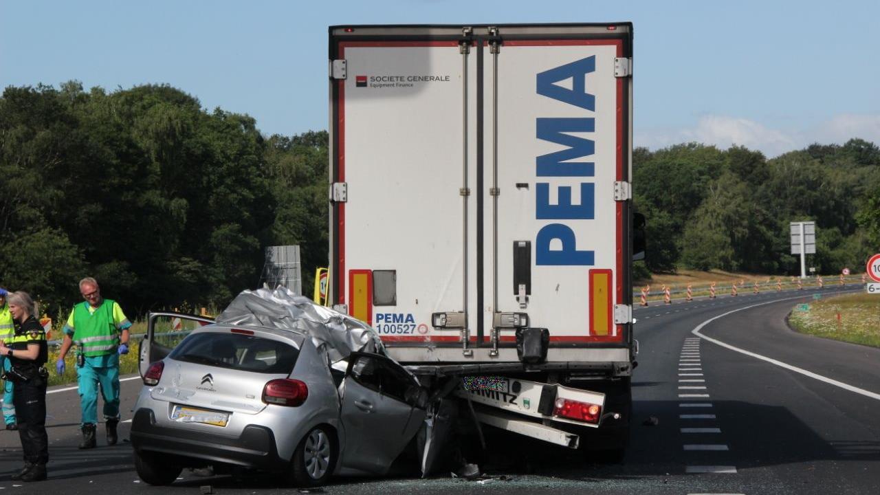 Automobilist ernstig gewond bij derde ongeluk op A1; snelweg weer vrij.