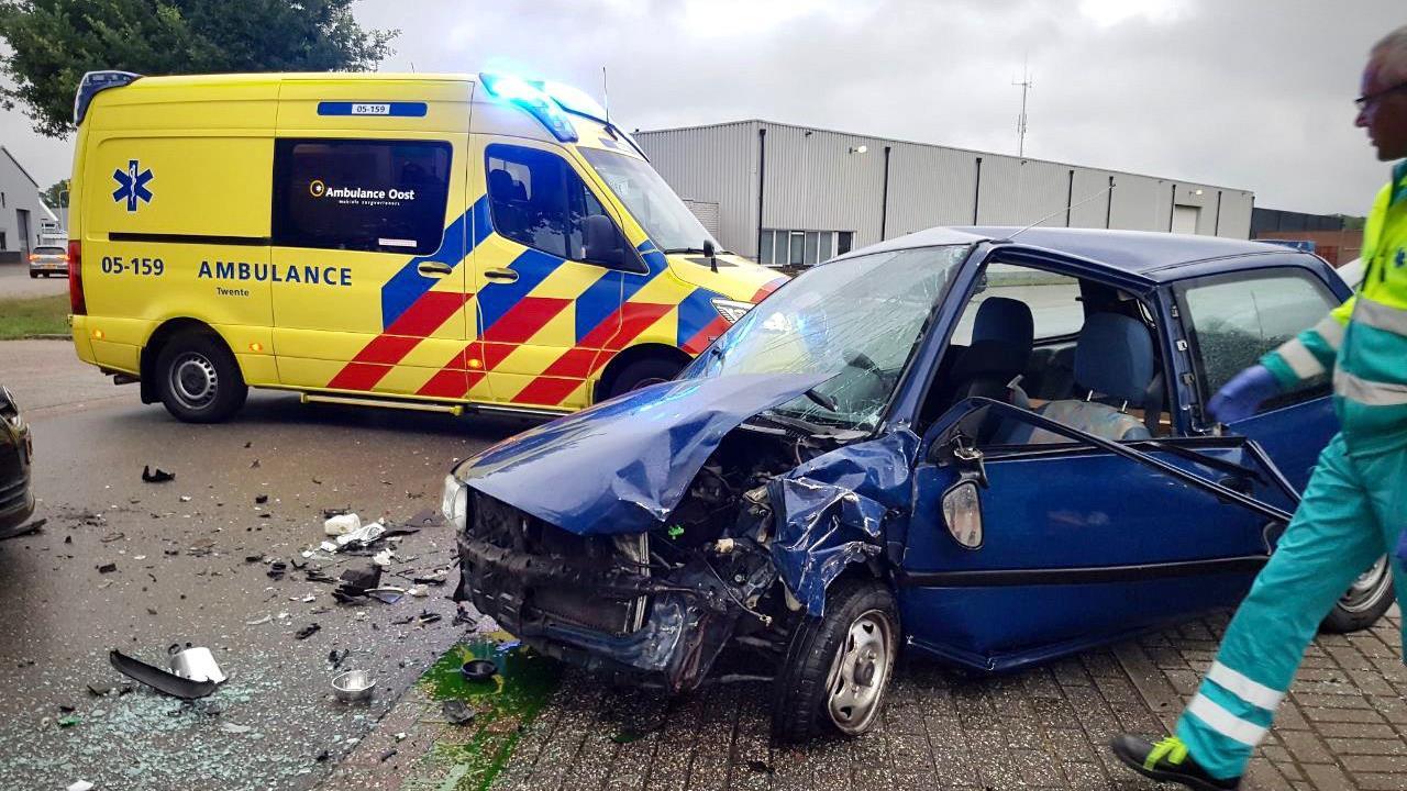 Gewonde en forse schade bij aanrijding in Tubbergen.