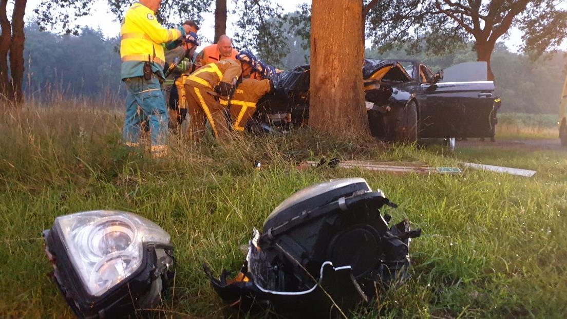 Bestuurder gewond bij eenzijdig auto-ongeluk in Boekelo.