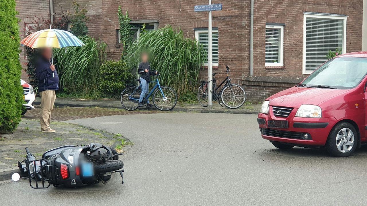 Duo op scooter gewond na frontale aanrijding met auto in Enschede.