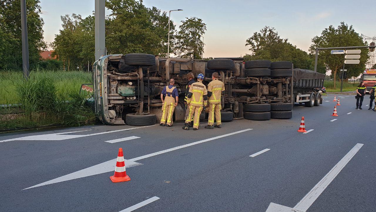 Vrachtwagen gekanteld in Enschede, chauffeur nog altijd spoorloos.