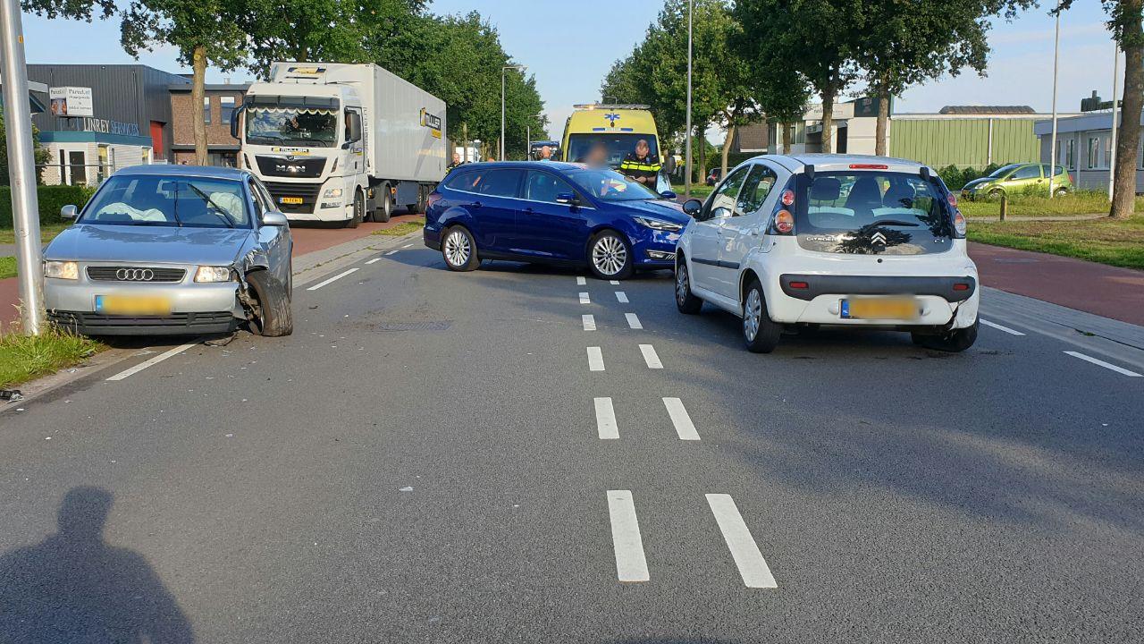Automobiliste tolt na aanrijding in Enschede met auto over de weg.