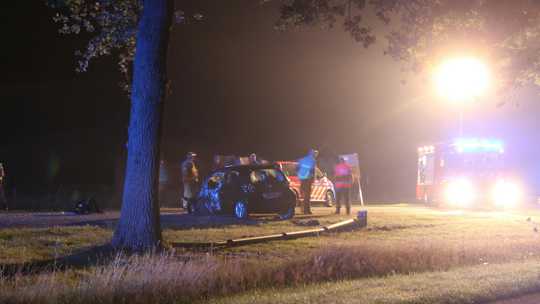 Automobilist ernstig gewond door botsing tegen boom in Goor.