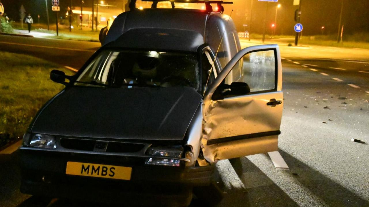 Weg bezaaid met glas en onderdelen na ongeluk in Enschede.