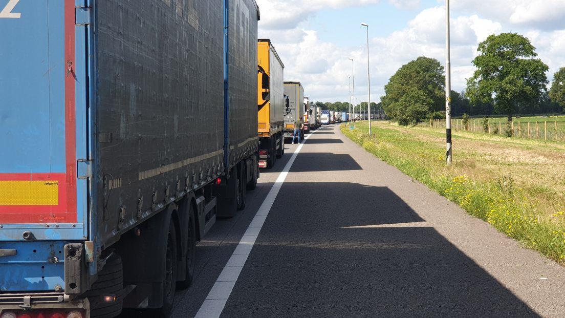 A1 bij knooppunt Azelo dicht vanwege ongeluk.