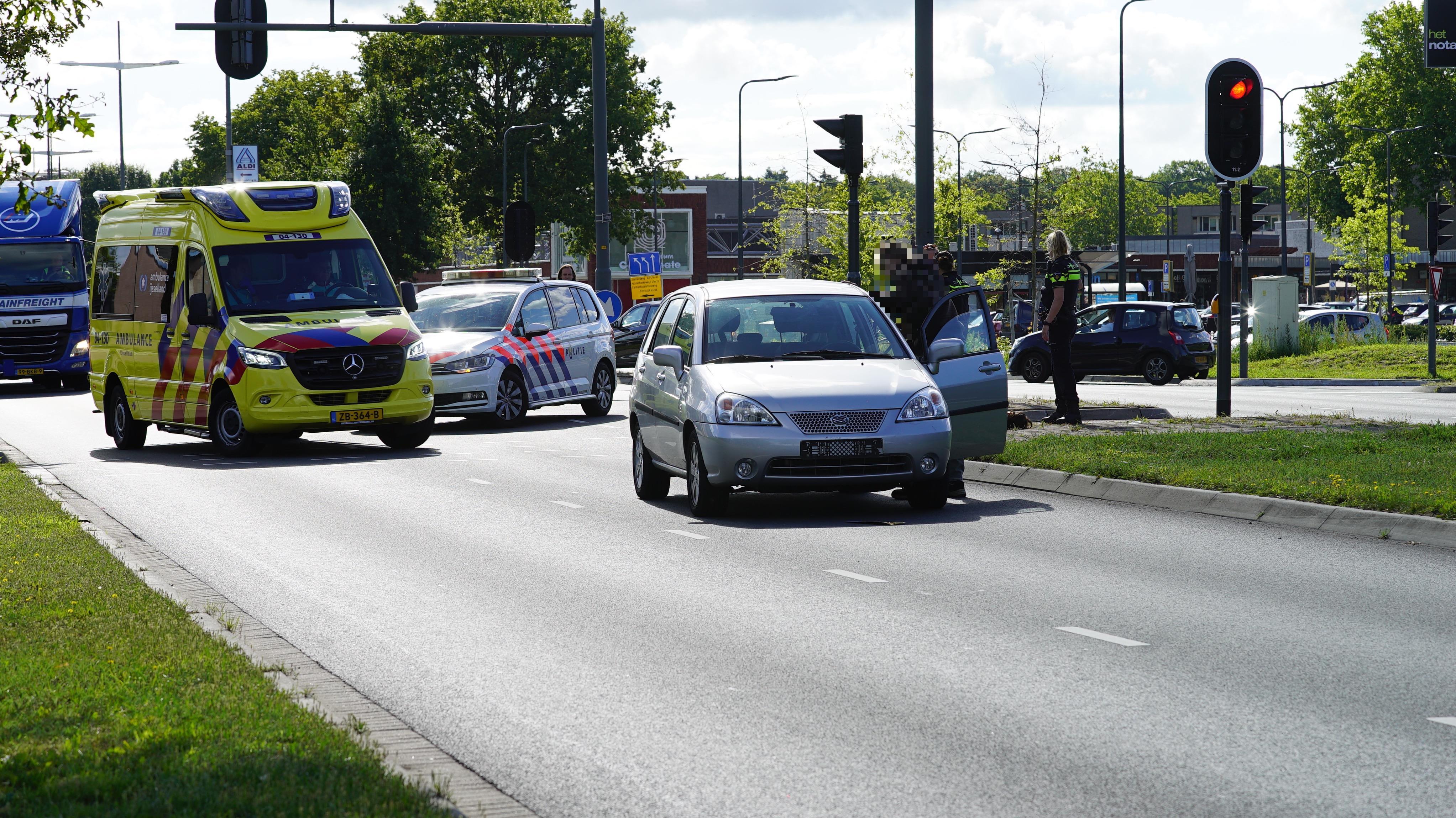 Fietsster naar ziekenhuis na aanrijding met auto in Deventer.