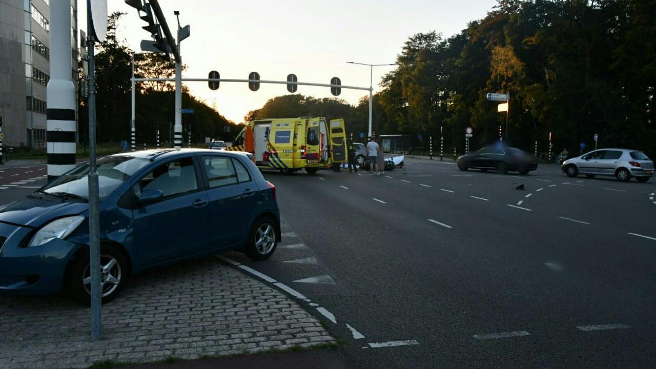 Motorrijdster gewond bij aanrijding in Enschede.