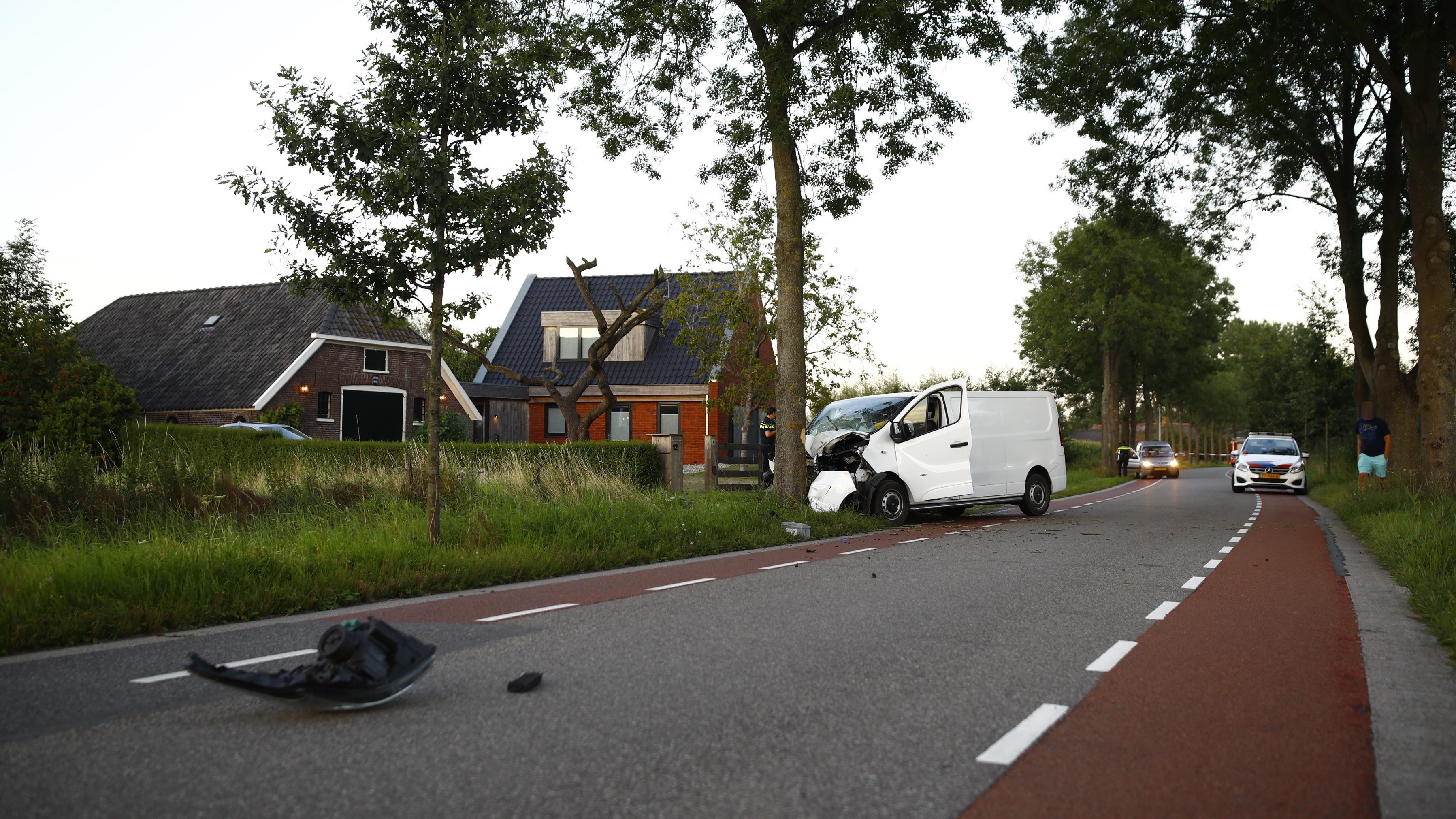 Bestuurder busje zwaargewond na botsing tegen boom bij Zwolle.