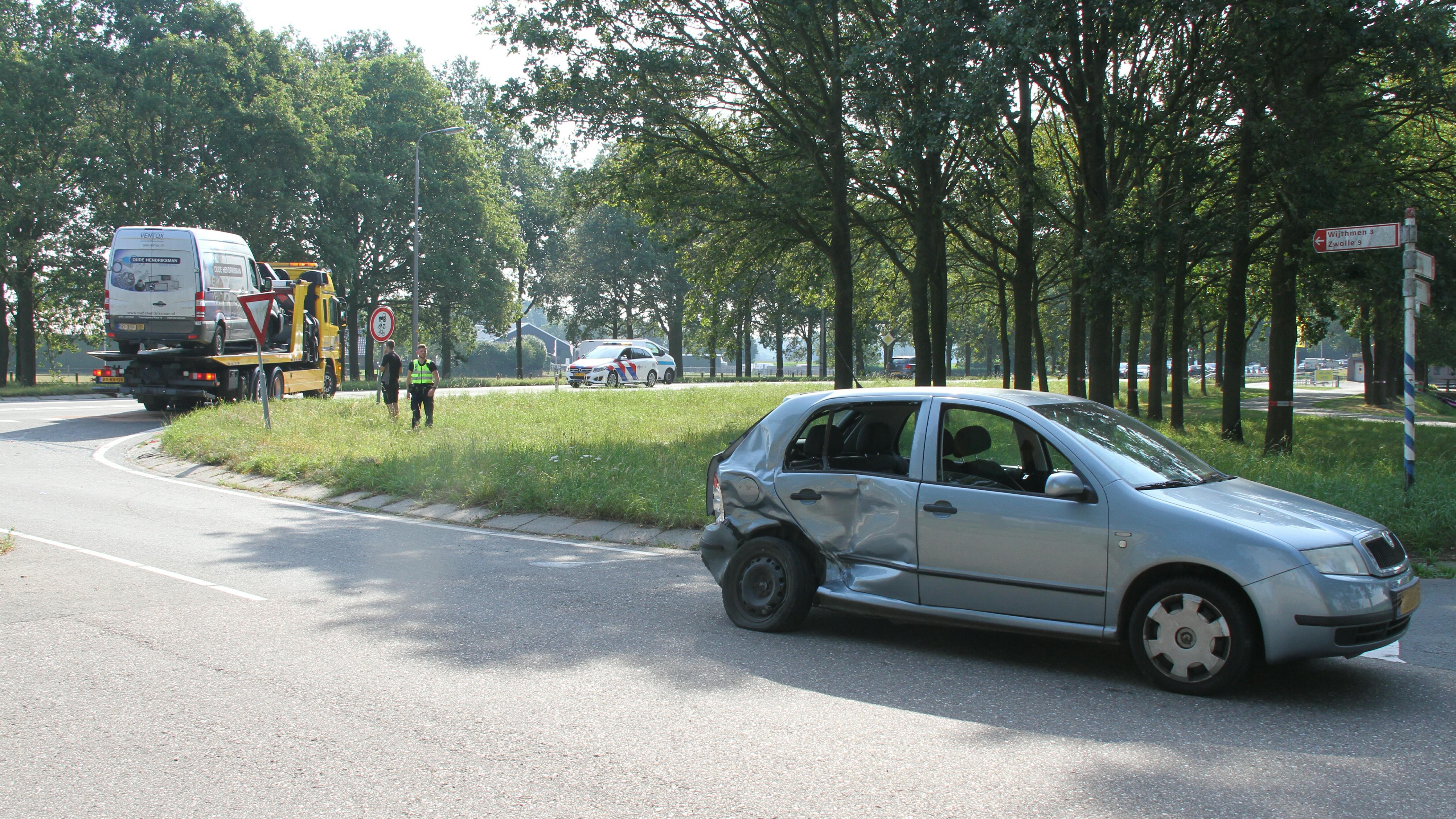 Gewonde bij botsing auto en busje op N35 bij Laag Zuthem.