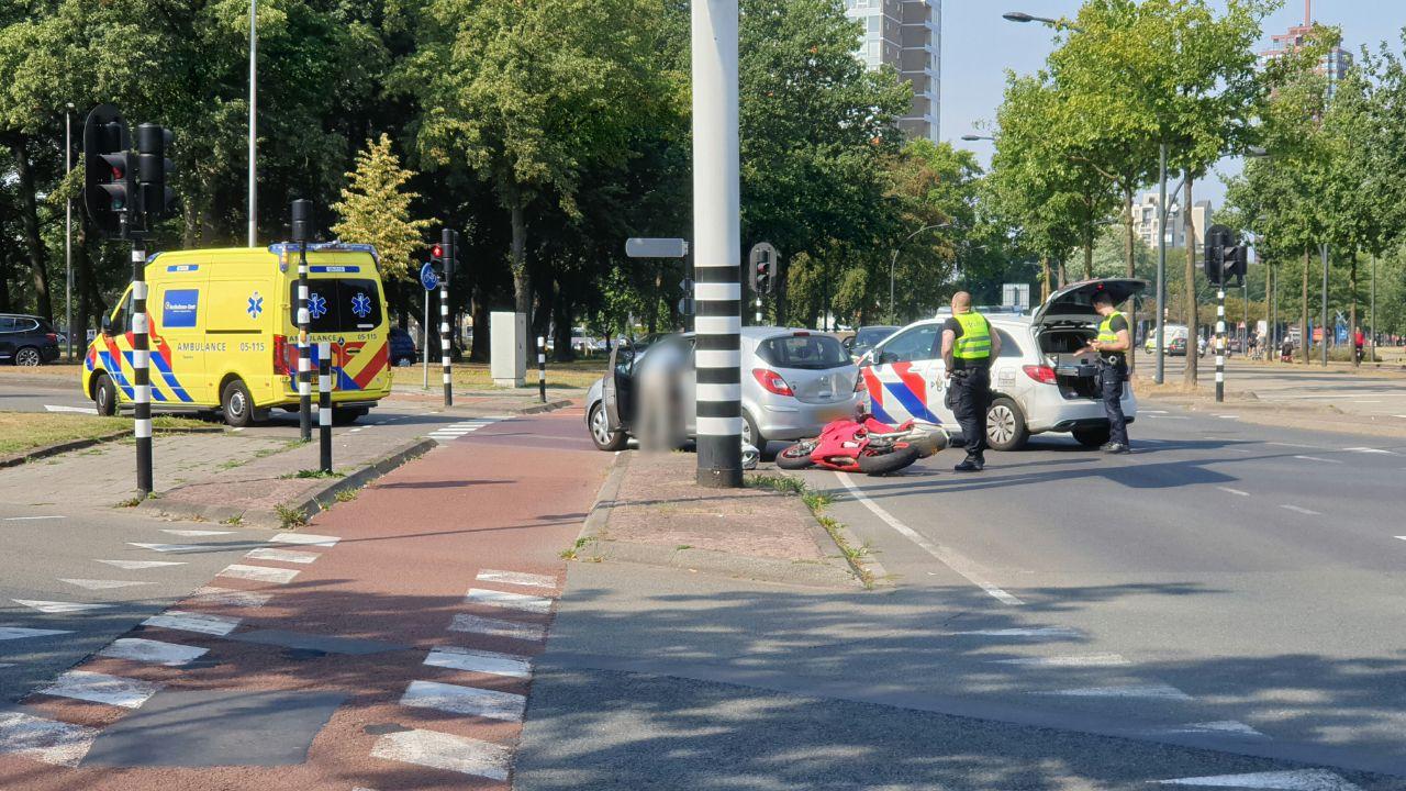 Motorrijder gewond naar ziekenhuis na aanrijding op kruising in Enschede.