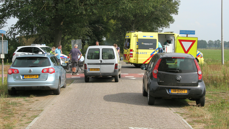 Fietser naar het ziekenhuis na botsing met bestelbus in Diepenheim.
