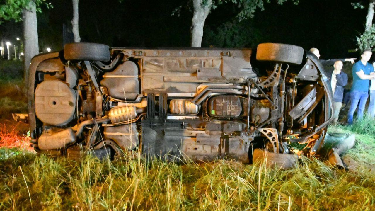 Ravage op Knalhutteweg in Enschede na eenzijdig ongeluk.