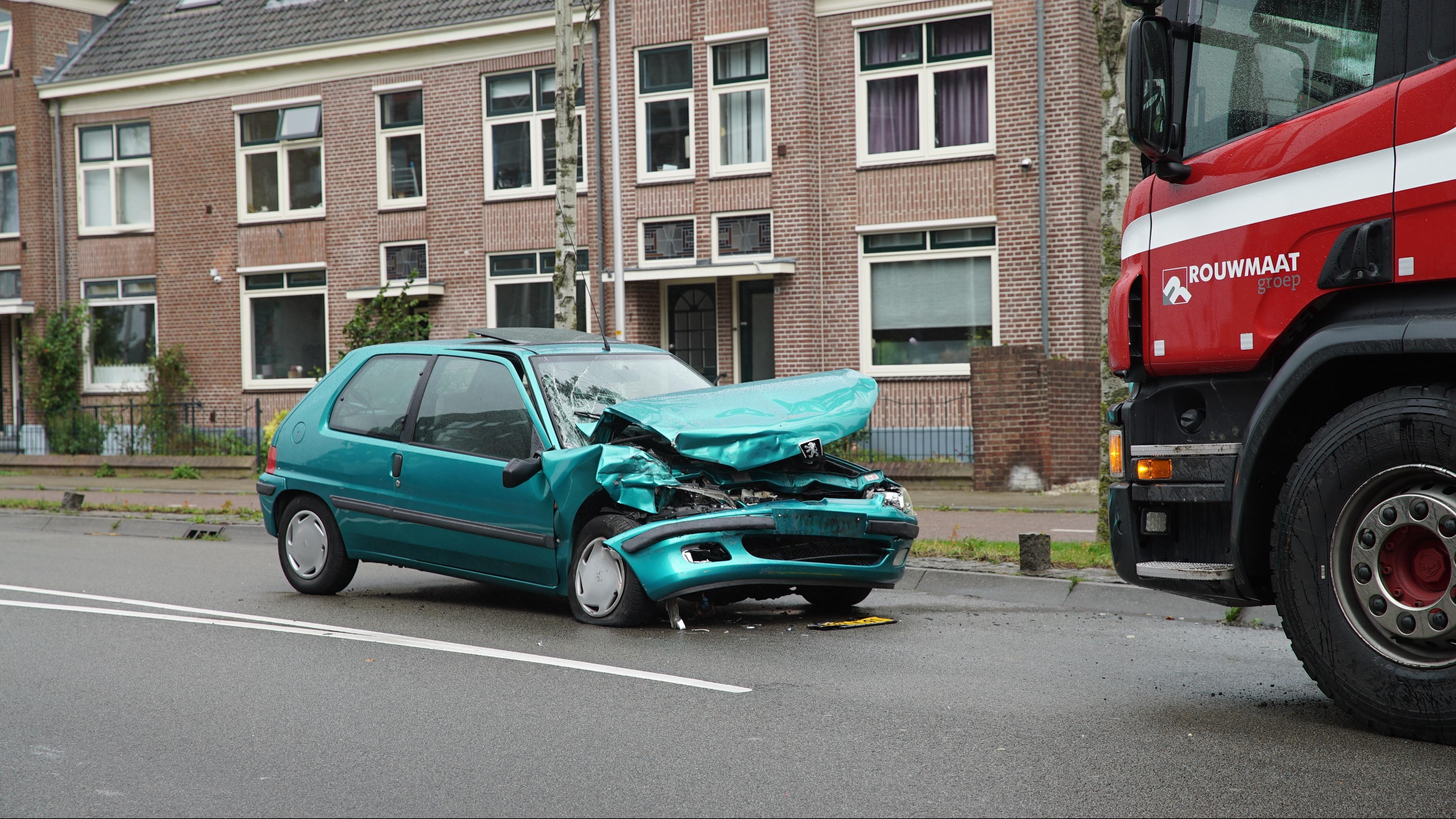 Auto total loss na frontale botsing met vrachtwagen in Deventer.