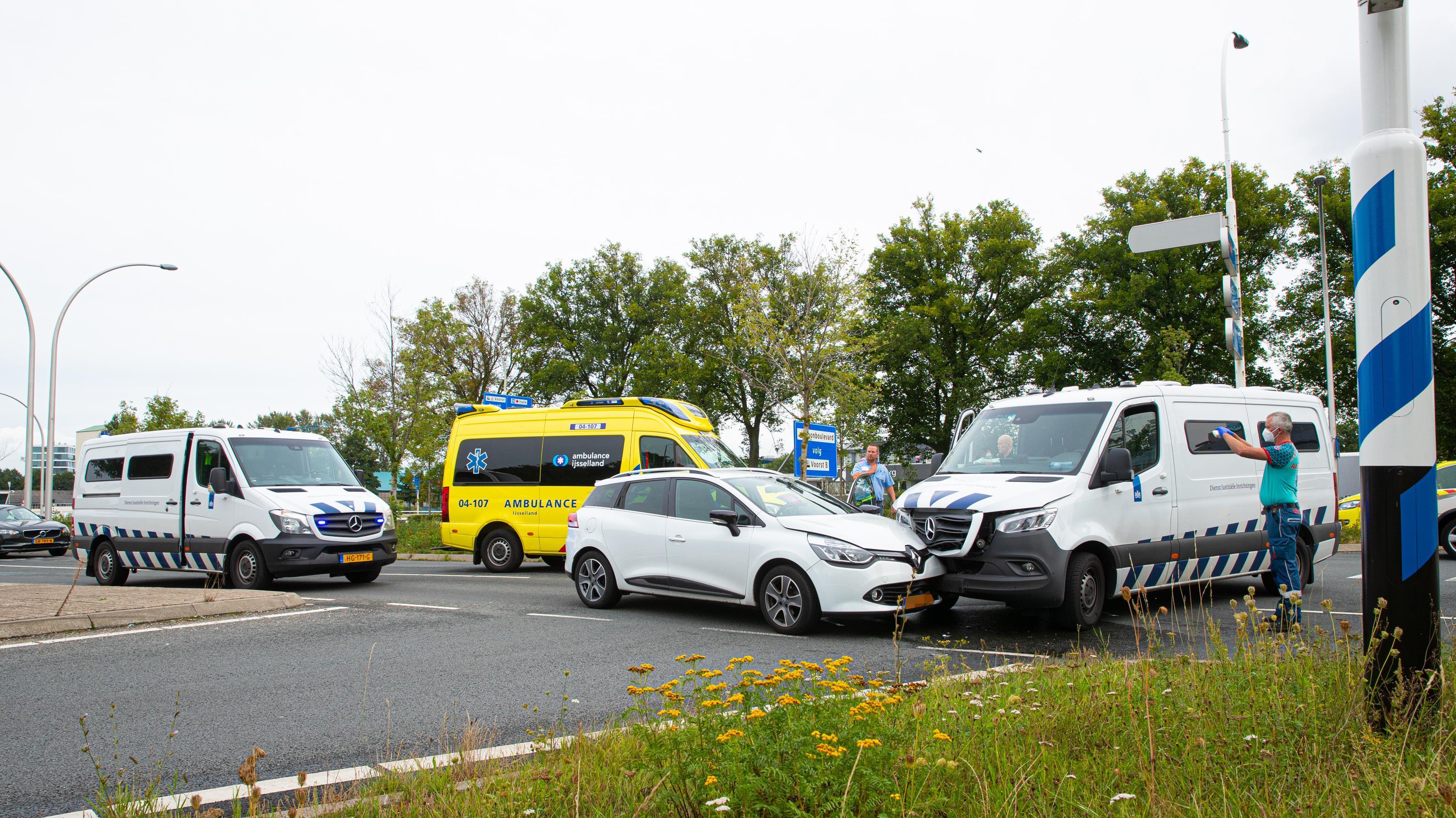 Gewonde bij aanrijding tussen auto en bus met gevangene in Zwolle.