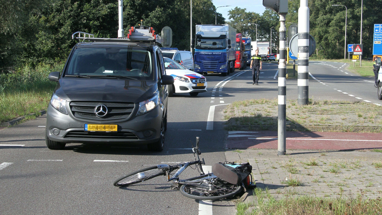 Vrouw gewond geraakt bij ongeluk op N348 in Raalte, weg afgesloten.