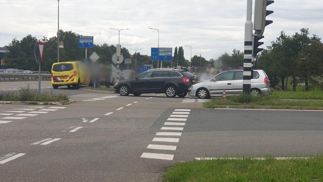 Aanrijding op afslag van A1 bij Hengelo, verkeer moet omrijden.