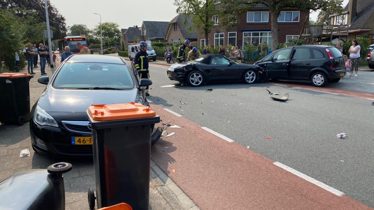 Automobiliste naar ziekenhuis na ongeluk met meerdere voertuigen in Nijverdal.