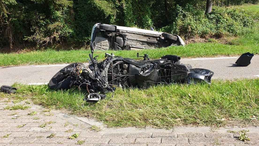 N739 bij Hengelo afgesloten door ongeval motorrijder met auto.