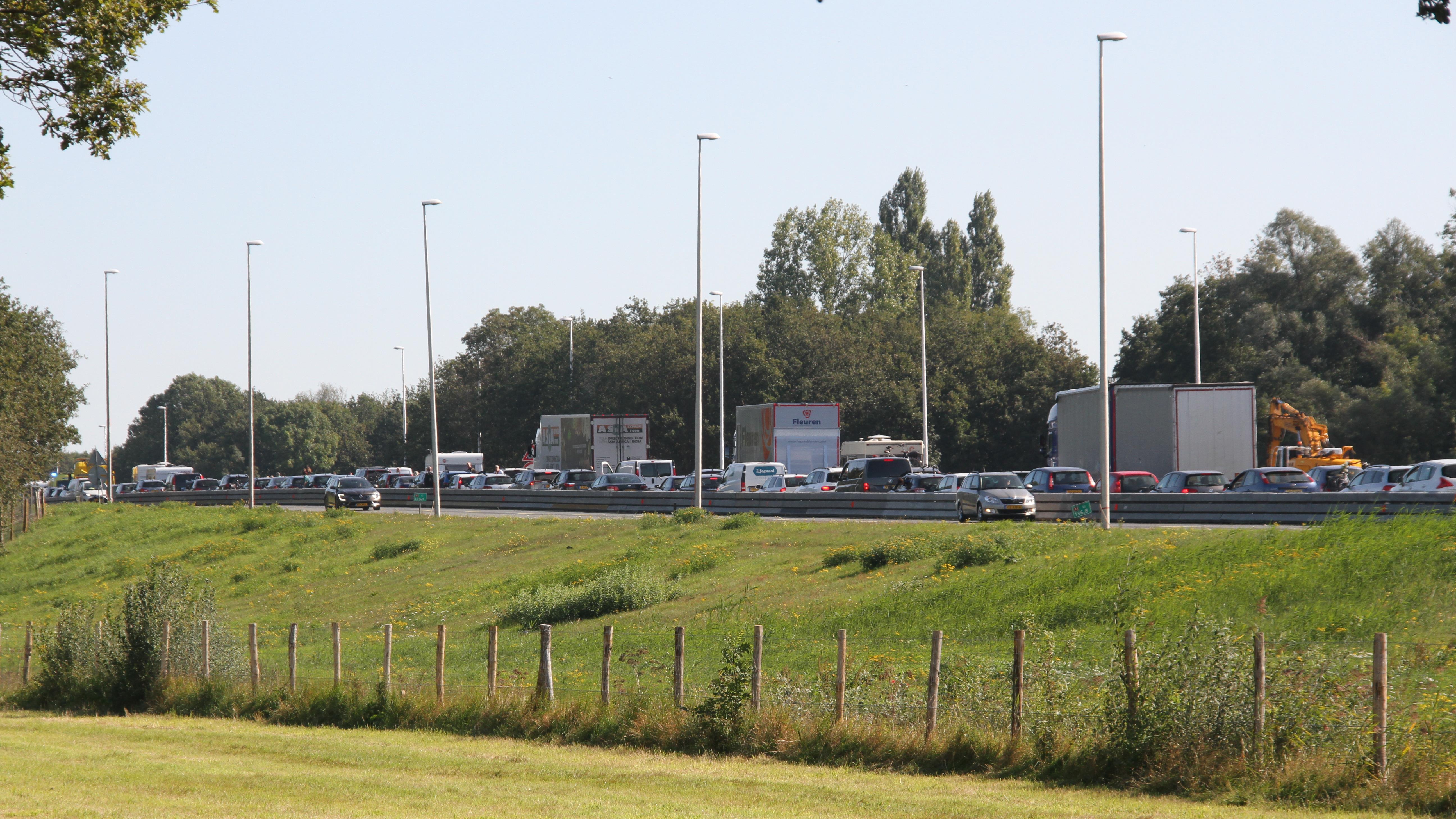 A1 richting Hengelo weer vrij na kop-staartbotsing.