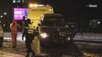 Auto zwaar beschadigd na rammen reclamezuil in Enschede