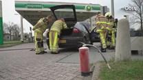 Auto vliegt al rijdend in brand in Deventer