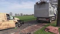 Bedrijfsbus klapt achterop stilstaande vrachtwagen