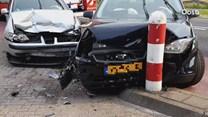 Vrouw raakt gewond bij frontale botsing tussen twee auto's in Enschede