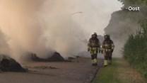 Kanaalweg in Gramsbergen ligt vol met brandend hooi
