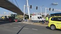 Aanrijding tussen lijnbus en tractor in Zwolle, twee personen gewond