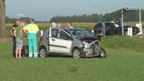 Auto belandt in weiland na botsing