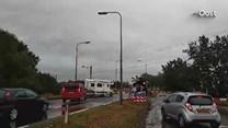 Auto's steken massaal over bij de spoorwegovergang Mariënheem